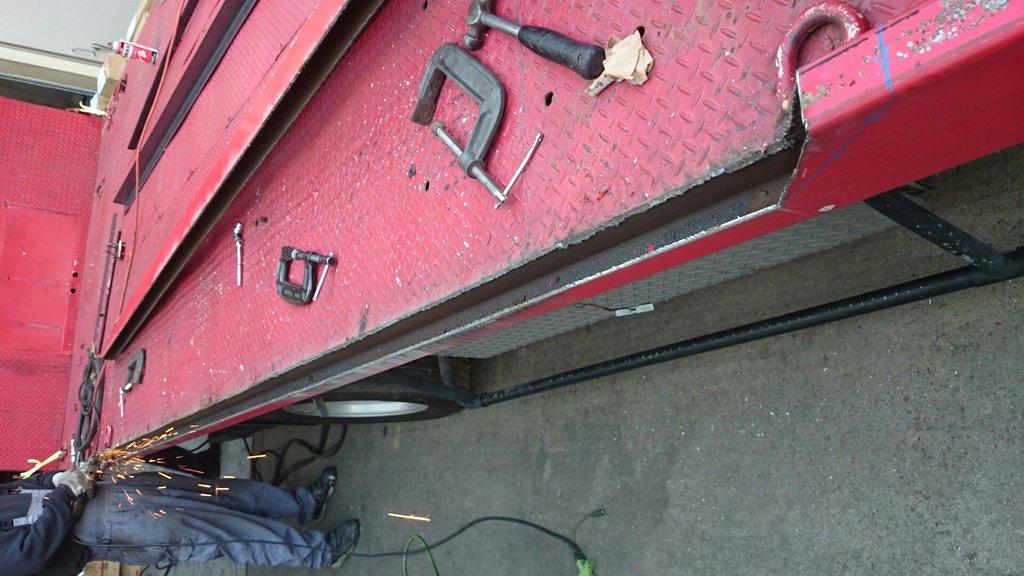 積載車架台加工